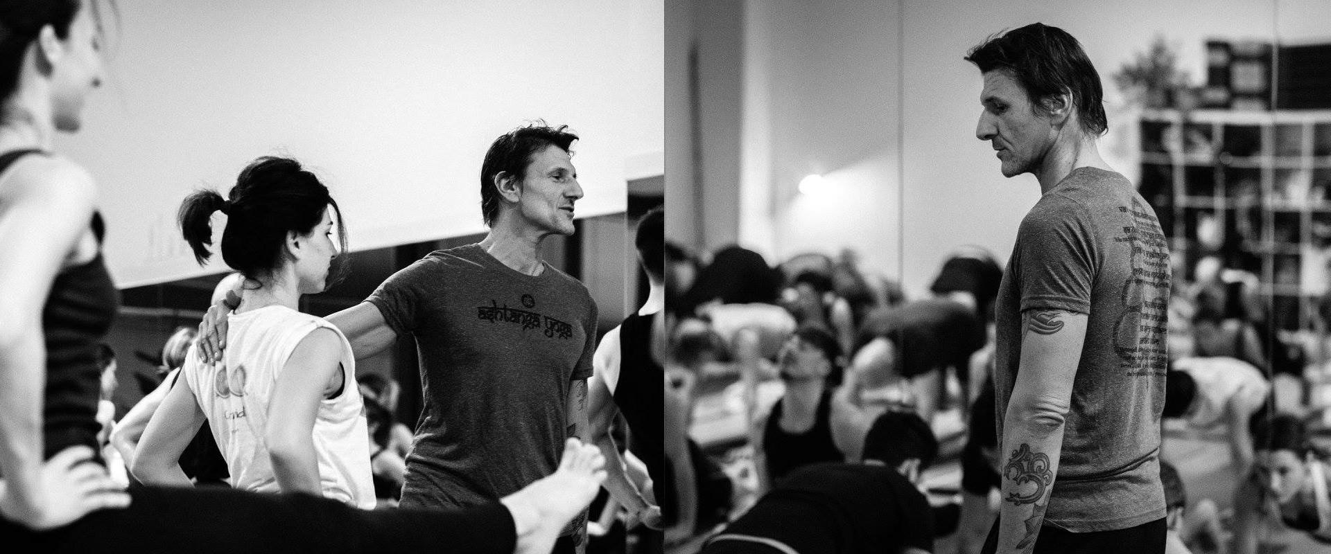 Roberto Bocchi durante una lezione di Ashtanga Yoga