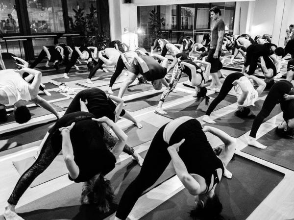 Fotografie di persone che praticano Ashtanga Yoga